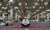 Jamaah haji Indonesia sedang membaca Al-Quran seusai shalat Subuh di Masjid Nabawi Madinah, Selasa (22/7). Jamaah haji memanfaatkan waktu dengan memperbanyak membaca Al-Quran, zikir, dan ibadah sunnah lainnya selama kegiatan arbain