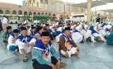 Jamaah haji Indonesia mengikuti manasik haji di pelataran Masjid Nabawi,  Madinah,  Selasa (22/7). Manasik haji dilakukan untuk memantapkan pemahaman ibadah secara baik dan benar.