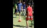 Mantan pesepak bola Manchester United Gary Neville (kiri) bermain sepak bola bersama penyandang disabilitas saat mengunjungi Annika Linden Centre di Denpasar, Bali, Senin (22/7/2019).