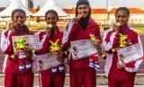 Tim pelari Indonesia Daniela Elim (kanan), Diva Aprilian (kedua kanan), Erna Nuryanti (kedua kiri) dan Raden Roselin (kiri) berfoto dengan medali emas usai penyerahan medali final Lari Estafet 4x100 meter Putri Atletik ASEAN Schools Games ke-11 Tahun 2019 di GOR Tri Lomba Juang, Semarang, Jawa Tengah, Senin (22/7/2019).