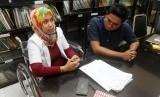 Dokter gigi Romi Sofpa Ismael (kiri) didampingi kuasa hukumnya Direktur Lembaga Bantuan Hukum (LBH) Padang, Wenda Rona Putra (kanan) menjawab pertanyaan wartawan setelah memperlihatkan surat keputusan pembatalan kelulusan peserta seleksi Calon Pegawai Negeri Sipil (CPNS), di Padang, Sumatera Barat, Selasa (23/7/2019).