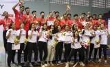 Tim basket putra dan putri Indonesia di Asean Schools Games 2019. Saat menerima medali. Tim putra meraih perak usia dikalahkan Filipina 51-100. Sementara tim putri meriah perunggu usai mengalahkan Malaysia, Selasa (23/7) di GOR Sahabat Semarang.