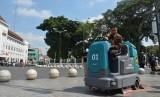 Wali Kota Yogyakarta, Haryadi Suyuti, mencoba alat pengepel  (scrubber dryer) di Malioboro, Selasa (23/7).