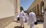 Jamaah haji Indonesia bersiap meninggalkan Masjid Bir Ali Madinah untuk menaiki bus yang akan membawa mereka menuju Makkah,  Rabu (24/7). Masjid Bir Ali atau Masjid Dzulhulaifah ini menjadi tempat miqat atau niat ihram bagi jamaah haji yang berangkat dari Madinah menuju Makkah untuk berhaji atau umrah.