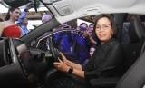 Menter Keuangan Sri Mulyani berada di balik kemudi mobil listrik Toyota Prius Plug-In Hybrid Electric Vehicle (PHEV) saat mengunjungi booth Toyota yang hadir di GIIAS 2019 di BSD City, Tangerang, Banten, Rabu (24/07/2019).