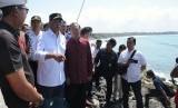Menteri Perhubungan Budi Karya Sumadi (kedua kiri) didampingi Gubernur Bali Wayan Koster (ketiga kiri) meninjau lokasi rencana pembangunan Dermaga Penyeberangan Sanur di Pantai Matahari Terbit, Sanur, Denpasar, Bali, Jumat (26/7/2019).
