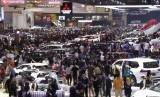 Ribuan pengunjung memadati ruang pamer kendaraan di ajang pameran otomotif Gaikindo Indonesia International Auto Show (GIIAS) ke-27 tahun 2019 di ICE BSD, Tangerang, Banten, Ahad (28/7/2019).