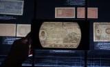 Koleksi uang kertas di Museum Bank Indonesia, Jakarta, Jumat. Museum Bank Indonesia membatasi durasi kunjungan wisatawan untuk menghindari penumpukan pengunjung selama PSBB transisi.