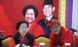 Ketua Umum PDI Perjuangan Megawati Soekarnoputri (kiri) berbincang dengan Sekjen PDI Perjuangan Hasto Kristiyanto, sebelum konferensi pers tentang pengukuhan dirinya sebagai Ketua Umum PDIP periode 2019-2024 dalam Kongres V PDI Perjuangan di Sanur, Denpasar, Bali, Kamis (8/8/2019).