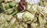 Pedagang menata kulit ketupat. Anda yang menyambut Lebaran atau Hari Raya Idul Fitri sebaiknya mewaspadai agar tak kalap menyantap segala hidangan yang tersaji pada hari itu agar kesehatan tak terganggu.