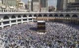 Arab Saudi menutup sementara umroh karena khawatir virus corona. Foto:  Jamaah haji melaksanakan tawaf mengelilingi Ka