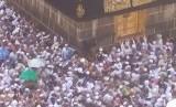 Sejumlah jamaah haji berebut memegang Maqam Ibrahim, yakni tempat Nabi Ibrahim berdiri meninggikan Ka