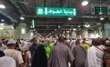 Pendaftaran Haji Iran Jalan Terus. Jamaah haji melambaikan tangan di sekitar tanda lampu hijau sebagai tanda dimulainya putaran tawaf.