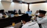 Direktur Jenderal Penyelenggaran Haji dan Umrah Turki, Ramzi Birjan (kemeja biru) berdiskusi dengan jajaran Kementerian Agama RI di Kantor Urusan Haji Indonesia, Makkah, Selasa (20/8). Kunjungan Ramzi bertujuan untuk mempelajari penyelenggaraan ibadah haji yang dilakukan oleh Indonesia.