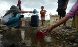 Sejumlah warga mengambil air tanah (ilustrasi)
