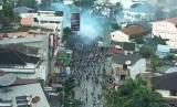 Suasana kericuhan saat aksi massa dibubarkan oleh petugas kepolisian di Jayapura, Papua, Kamis (29/8/2019).