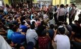 Sejumlah pencari suaka menunggu keputusan tempat tinggal dari UNHCR di Tempat Penampungan Sementara, Kalideres, Jakarta, Senin (2/9/2019).