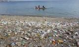 Nelayan tradisional melaut di sekitar pantai yang dipenuhi sampah plastik (ilustrasi)