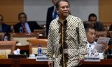 Menkominfo Rudiantara (kiri) bersiap mengikuti rapat kerja gabungan bersama Komisi I DPR di Kompleks Parlemen Senayan, Jakarta, Kamis (5/9/2019).