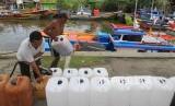 Pekerja mengisi Bahan Bakar Minyak (BBM) subsidi jenis solar. (ilustrasi)