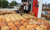 Pekerja mengisi Bahan Bakar Minyak (BBM) subsidi jenis solar kedalam jerigen untuk bahan bakar kapal nelayan di Stasiun Pengisian Bahan Bakar Umum Nelayan (SPBUN) Desa Padang Seurahet, Johan Pahlawan, Aceh Barat, Aceh, Senin (9/9/2019).