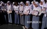 Sejumlah murid berdoa bersama untuk almarhum Presiden ke-3 Republik Indonesia BJ Habibie di SMK 17, Temanggung, Jawa Tengah, Kamis (12/9/2019).