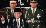 FOTO DOKUMENTASI. Presiden B.J.Habibie mengacungkan telunjuknya sambil berguyon pada pidatonya tentang RAPBN, di hadapan para anggota MPR/DPR, di Jakarta, Senin (4/1/1999).