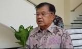 Wakil Presiden Jusuf Kalla saat diwawancarai wartawan di Kantor Wakil Presiden, Jakarta, Kamis (12/9).
