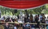 Sejumlah kerabat warga berada di Taman Makam Pahlawan Nasional Utama Kalibata untuk menghadiri pemakaman almarhum Presiden ke-3 Republik Indonesia BJ Habibie di Jakarta, Kamis (12/9/2019).