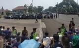 Suasana menjelang kedatangan mobil jenazah mendiang BJ Habibie di TMP Kalibata, Jakarta, 12/9.