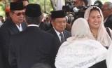Wapres Jusuf Kalla (tengah), Presiden ke-6 Republik Indonesia Susilo Bambang Yudhoyono (kiri) dan putri almarhum Presiden ke-4 Republik Indonesia KH Abdurrahman Wahid (Gus Dur), Yenny Wahid (kanan) menghadiri pemakaman almarhum Presiden ke-3 Republik Indonesia BJ Habibie di Taman Makam Pahlawan Nasional Utama (TMP) Kalibata, Jakarta, Kamis (12/9/2019).