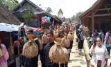 Desa di Sukabumi Dijadikan Desa Wisata Berbasis Kesundaan. Foto: Upacara adat seren taun di Kasepuhan Adat Cipta Mulya Desa Sirnaresmi, Kecamatan Cisolok, Kabupaten Sukabumi, Ahad (15/9).