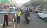Satuan Lalu Lintas (Satlantas) Polresta Depok melakukan sosialisasi penggunaan jalur lambat untuk kendaraan motor dan angkutan kota (angkot) di Jalan Margonda, Kota Depok, Rabu (18/9).