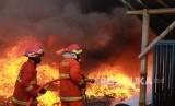 Petugas pemadam kebakaran mencoba memadamkan api (ilustrasi)