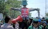 Sejumlah mahasiswa Universitas Muslim Indonesia (UMI) Makassar melakukan aksi unjuk rasa (ilustrasi)