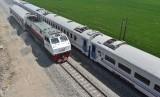 Kereta melintasi jalur ganda Kereta Api (KA) di Madiun, Jawa Timur. (ilustrasi)