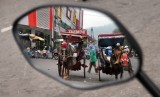 Kusir bendi menunggu penumpang di Pasar Raya Padang, Sumatera Barat, Selasa (15/10/2019).Wali Kota Padang Mahyeldi membantah isu yang beredar di masyarakat terkait adanya informasi yang menyatakan Pasar Raya Padang ditutup.