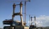 Suasana proyek pembangunan Jembatan Teluk Kendari di Kendari, Sulawesi Tenggara, Rabu (6/11/2019).