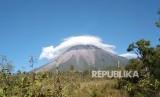 Gunung Semeru mengalami dua kali erupsi pada Jumat (17/1).