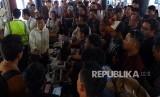 Sejumlah calon penumpang Sriwijaya Air melakukan protes kepada petugas karena penerbangan mereka ditunda hingga berjam-jam, di Terminal 2D, Bandara Soekarno - Hatta, Tangerang, Banten, Kamis (7/11/2019).