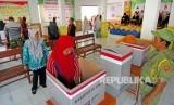 Sejumlah warga melakukan pencoblosan di Tempat Pemungutan Suara (TPS) saat Pemilihan Kepala Desa (Pilkades) serentak 2019 di Desa Ujungrusi, Kabupaten Tegal, Jawa Tengah, Rabu (20/11/2019)