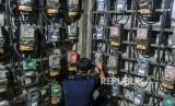 Petugas memeriksa meteran listrik di Rumah Susun Benhil, (ilustrasi). Pemerintah akan memberlakukan diskon dan gratis listrik mulai Kamis (2/4).