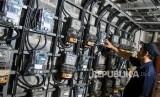 Petugas memeriksa meteran listrik di Rumah Susun Benhil, Jakarta. Pemerintah mengumumkan akan menggratiskan tarif listrik pelanggan 450 VA dan diskon 50 persen pelanggan 900 VA sebagai bentuk bantuan sosial ke masyarakat paling terdampak Covid-19.