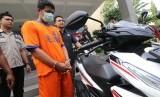 Polisi memperlihatkan tersangka begal payudara