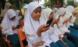 Badan Standar Nasional Pendidikan (BSNP) tidak lagi menerbitkan pos Ujian Sekolah Berstandar Nasional (USBN).  Foto:Sejumlah pelajar mengikuti ujian semester berbasis online dengan menggunakan android di sekolah pedalaman Madrasah Tsanawiyah Negeri 6 Aceh Barat di Kecamatan Arongan Lam Balek, Aceh, Senin (2/12/2019).