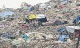 Sejumlah pemulung beraktifitas di TPST (Tempat Pembuangan Sampah Terpadu) Bantar Gebang, Bekasi, Jawa Barat, Selasa (3/12/2019).