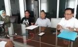Ketua Ikatan Petambak Pesisir Barat Sumatera Agusri Syarief (kanan) mengklarifikasi penutupan tujuh usaha tambak udang Pesisir Barat,  di Bandar Lampung, Jumat (6/12).