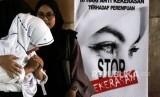 Pemeran tampil pada aksi teatrikal kampanye Anti Kekerasan Terhadap Perempuan dan Anak di Lhokseumawe, Aceh, Selasa (10/12/2019).