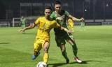 Pesepak bola Bhayangkara FC Sani Rizki (kiri).