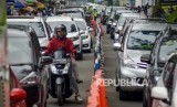 Petugas memberlakukan sistem satu arah untuk mengurai kemacetan (ilustrasi).